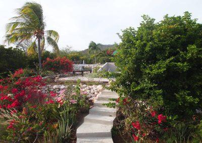 tuin met trap naar zwembad